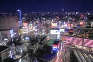 新宿駅界隈の夜景の写真素材 [FYI04930172]