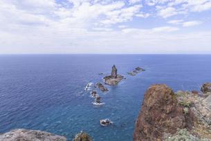 青い海の上に浮かぶ神威岩の写真素材 [FYI04930326]
