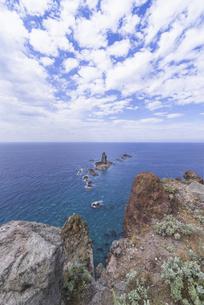 青い海の上に浮かぶ神威岩の写真素材 [FYI04930327]