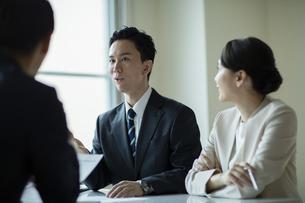 会議室で打合せをする男女の写真素材 [FYI04930328]