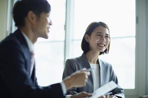会議室で打合せをする男女の写真素材 [FYI04930329]