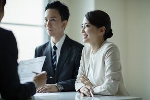 会議室で打合せをする男女の写真素材 [FYI04930330]