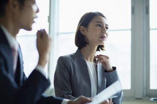 会議室で打合せをする男女の写真素材 [FYI04930332]