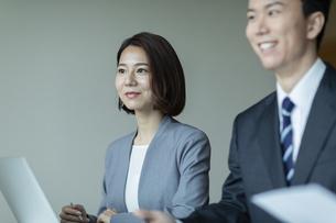 会議室で打合せをする男女の写真素材 [FYI04930339]