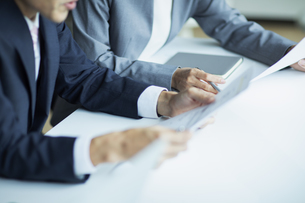 複数でミーティングをする男女の手元の写真素材 [FYI04930341]