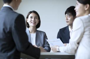 会議室で打合せをする男女の写真素材 [FYI04930344]