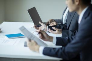 複数でミーティングをする男性と女性の手元の写真素材 [FYI04930345]