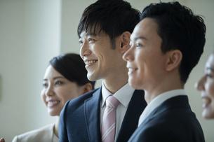 笑顔のビジネスマンの写真素材 [FYI04930354]