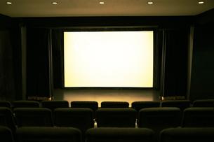 映画館のスクリーンと座席の写真素材 [FYI04930356]