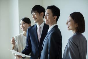 笑顔のビジネスマンとビジネスウーマンの写真素材 [FYI04930357]