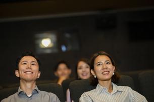 映画を観るカップルの写真素材 [FYI04930358]