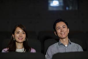 映画を観るカップルの写真素材 [FYI04930359]