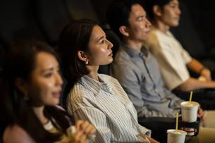 映画を観る女性の写真素材 [FYI04930360]