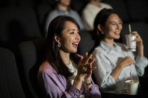映画を観る女性の写真素材 [FYI04930361]
