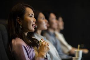 映画を観る女性の写真素材 [FYI04930362]