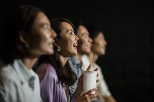 映画を観る女性の写真素材 [FYI04930363]