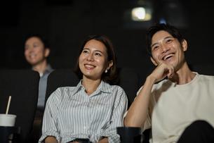映画を観るカップルの写真素材 [FYI04930367]