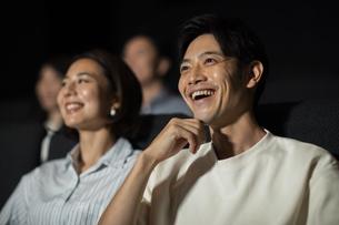 映画を観るカップルの写真素材 [FYI04930368]