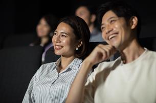 映画を観るカップルの写真素材 [FYI04930371]