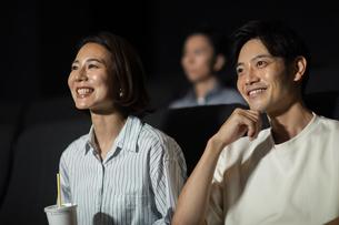 映画を観るカップルの写真素材 [FYI04930372]