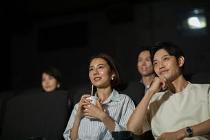 映画を観るカップルの写真素材 [FYI04930378]