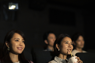 映画を観る女性の写真素材 [FYI04930379]