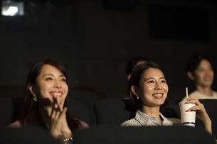 映画を観る女性の写真素材 [FYI04930380]