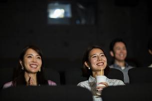 映画を観る女性の写真素材 [FYI04930381]