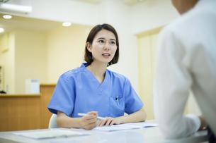 患者のカウンセリングを行う女医の写真素材 [FYI04930383]