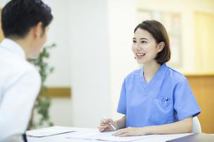 患者のカウンセリングを行う女医の写真素材 [FYI04930384]