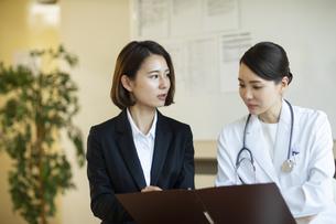 打ち合わせをするビジネスウーマンと女医の写真素材 [FYI04930431]
