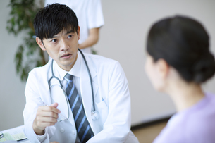 診察をする医師と患者の写真素材 [FYI04930440]