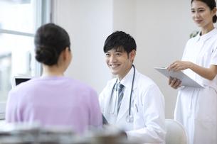 診察をする医師と患者の写真素材 [FYI04930441]