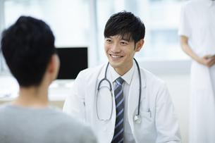 診察をする医師と患者の写真素材 [FYI04930442]