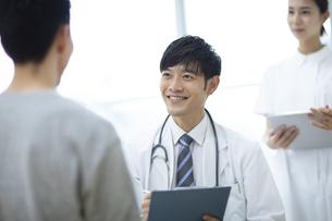 診察をする医師と患者の写真素材 [FYI04930443]