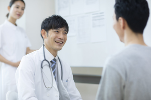 診察をする医師と患者の写真素材 [FYI04930444]