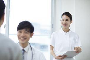診察のサポートをする看護師の写真素材 [FYI04930445]
