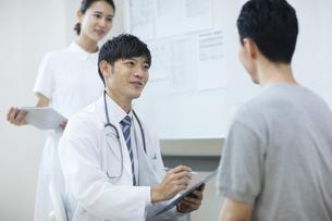 診察をする医師と患者の写真素材 [FYI04930446]