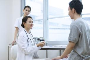 診察をする女医と患者の写真素材 [FYI04930447]