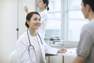 診察をする女医と患者の写真素材 [FYI04930448]