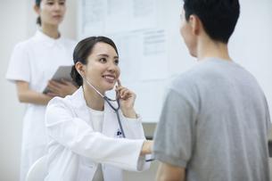診察をする女医と患者の写真素材 [FYI04930449]