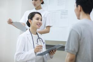 診察をする女医と患者の写真素材 [FYI04930450]