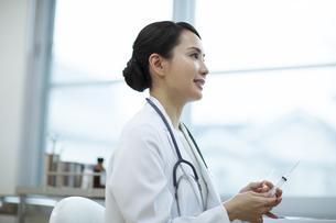 診察をする女医と患者の写真素材 [FYI04930452]