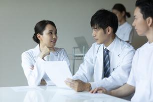 打ち合わせをする医師と看護師たちの写真素材 [FYI04930454]