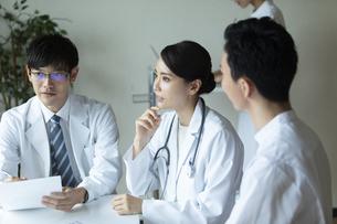 打ち合わせをする医師と看護師たちの写真素材 [FYI04930456]