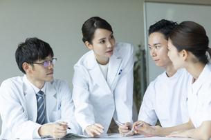 打ち合わせをする医師と看護師たちの写真素材 [FYI04930461]