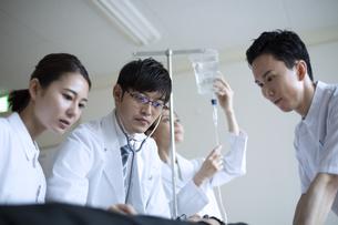 救急患者の診察を行う医師と看護師の写真素材 [FYI04930494]