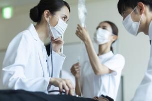 救急患者の診察を行う医師と看護師の写真素材 [FYI04930500]