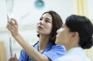 点滴の確認を行う2人の女医の写真素材 [FYI04930513]