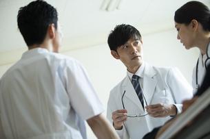 救急患者の対応を話し合う医師たちの写真素材 [FYI04930516]